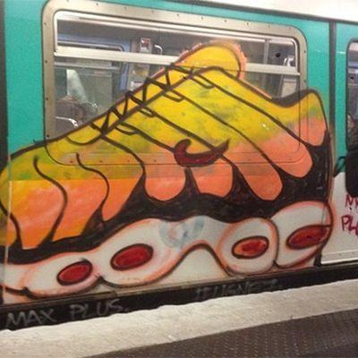 Il graffito con l'Air Max Tn+ sulla metro parigina