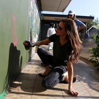 Victoria Beckham fa i graffiti contro l'AIDS