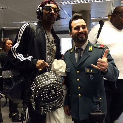 Snoop Dogg con un finanzino della dogana all'aeroporto