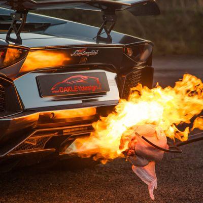 Minchione dà troppo gas al semaforo e incendia la Lamborghini