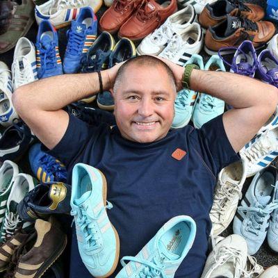 Frate in difficoltà: la moglie minaccia di lasciarlo perché compra troppe sneaker