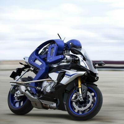 Yamaha ha fatto un robot che guida la moto (con le rotelle)