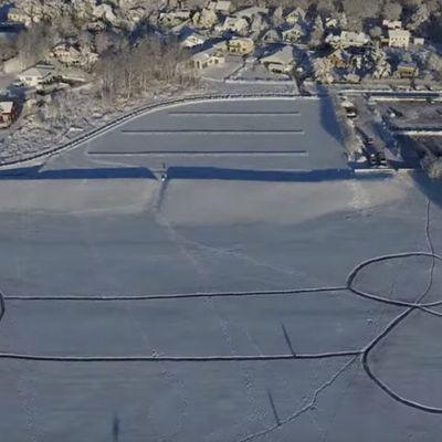 Guardia forestale cancella un zoca sulla neve poi si pente e ne disegna uno più grande