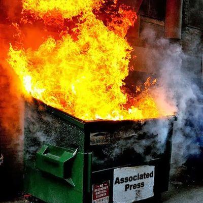 Geni rubano le ruote dai cassonetti dei rifiuti per metterle al barbecue ma vengono denunciati
