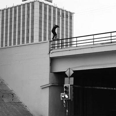 Tizio che va in skate in posti pericolosissimi