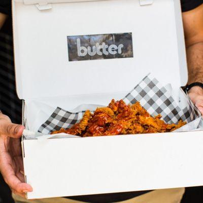 Negozio di sneaker ti porta il pollo fritto nella scatola delle peppe