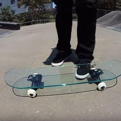 Cosa succede se provi a skateare con un deck di vetro?