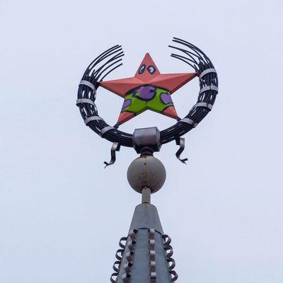 Un mito ha pittato la stella di una torre in Russia come Patrick Stella