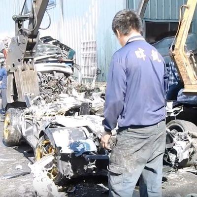 Taiwanesi distruggono una Lamborghini Murciélago con una ruspa