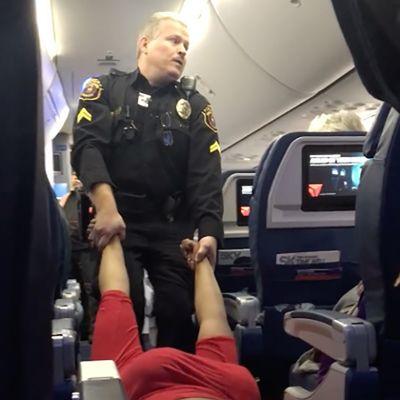 Video di una tipa trascinata a peso morto dalla polizia giù dall'aereo