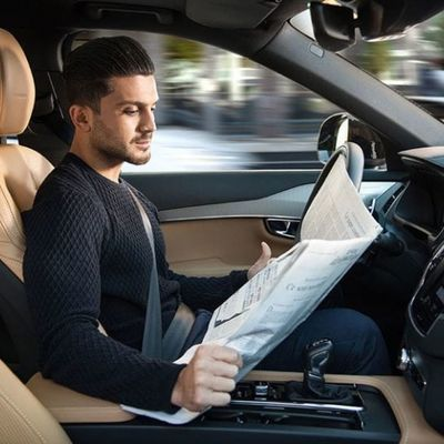 Guarda l'autopilota di una Tesla che prevede il futuro e evita un ciocco mega peso