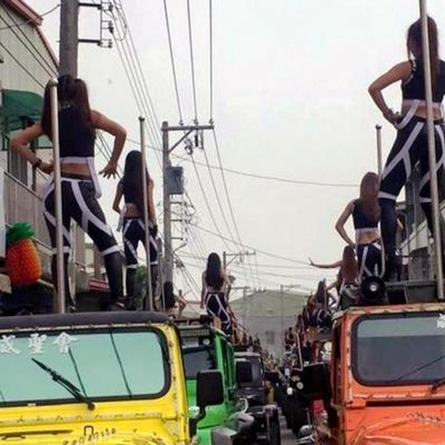 Frate taiwanese noleggia 50 gafi e le mette a ballare sul tetto di 50 jeep per il funerale del padre