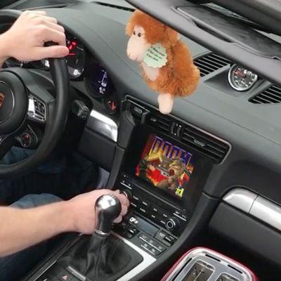 Giocare a DOOM usando una Porsche 911 come controller