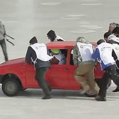 Nuovo sport nazionale russo: curling con le auto