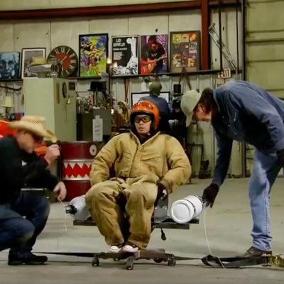 Guarda uno zio che si fa centrifugare su una sedia girevole