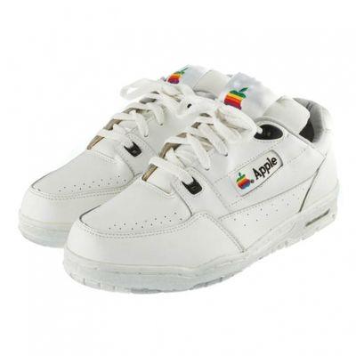 Sneaker Apple originali all'asta