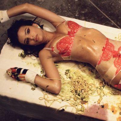 Emily Ratajkowski in mutande si rotola negli spaghetti