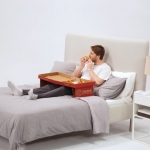 This-Pizza-Box-Becomes-Self-Supporting-Table-for-Eating-Pizza-in-Bed_1