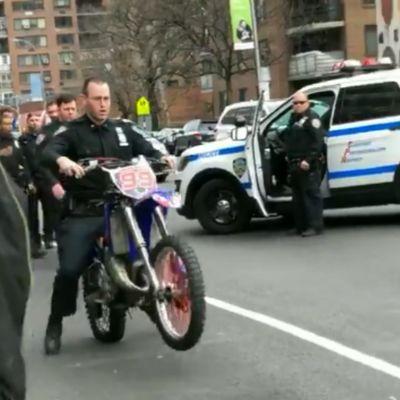 Sbirro ciocca la moto sequestrata dopo 1 metro mentre prova a portarla in centrale